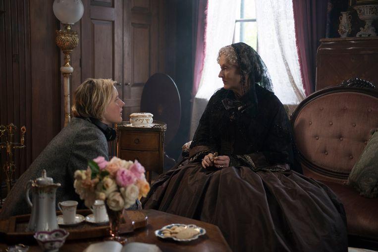 Regisseur Greta Gerwig met Meryl Streep op de set van Little Women.   Beeld
