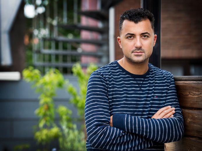 Een 31-jarige man uit Amersfoort moet zich volgende week dinsdag voor de politierechter in Zwolle verantwoorden voor het belagen en beledigen van schrijver en columnist Özcan Akyol uit Deventer.