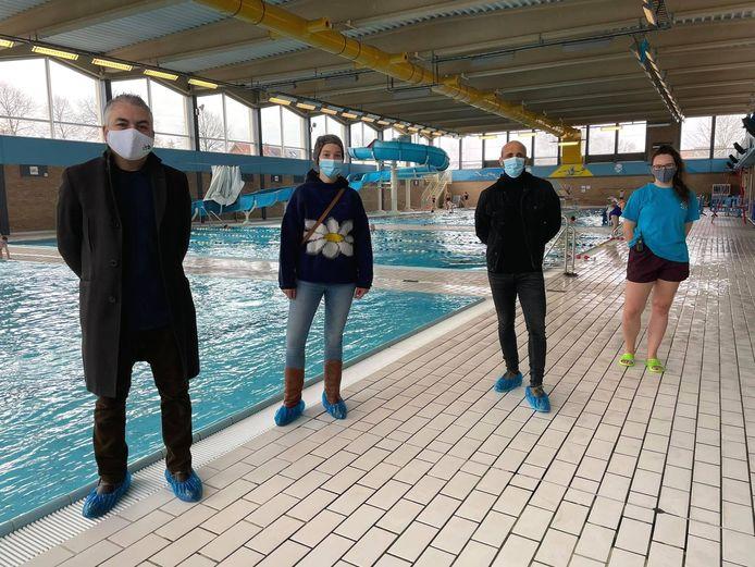 Mohamed Meftah en Tinne Buelens van Buurtsport, Sportschepen Abdrahman Labsir en een zwemcoach van de Mechelse Zwemschool in zwembad Geerdegemvaart.