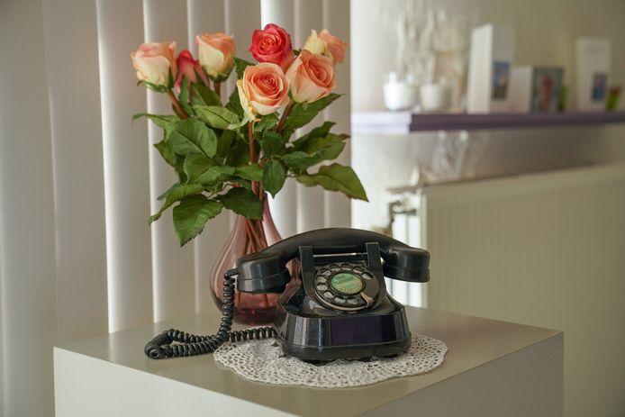 De oude telefoon die staat uitgestald.