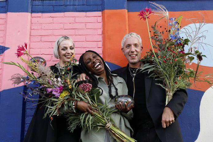 De performance designers Tessa de Boer en Joris Suk van Maison the Faux  winnen de Gieskes-Strijbis Podiumprijs 2021, samen met deejay Carista Eendragt (midden). Het prijzengeld van 60.000 euro per winnaar is de grootste podiumprijs van Nederland. Het bedrag van de prijs mogen de kunstenaars naar eigen inzicht aanwenden ten behoeve van hun artistieke ontwikkeling.