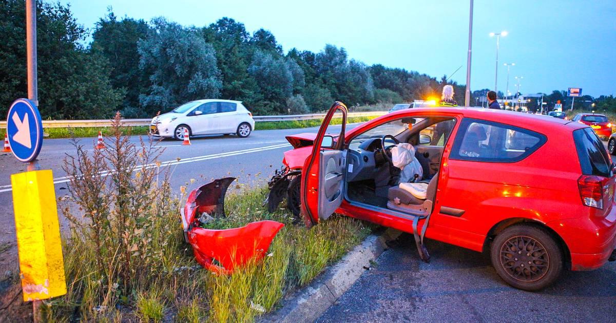 Forse schade na botsing tussen twee autos op afrit A28.