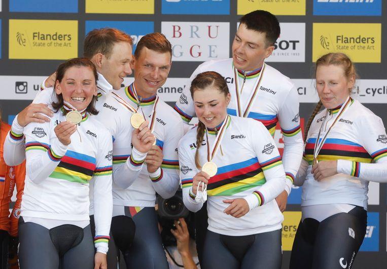 Tony Martin (derde van links) met de overige leden van de Duitse gemengde tijdritploeg die goud won op de WK. Beeld EPA