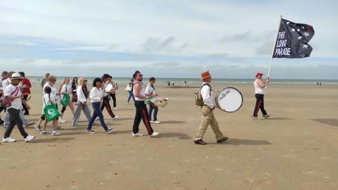 Muziekkorpsen 'spelen telefoontje' en zijn gestart in De Panne. Beaufort 21 presenteert The Long Parade