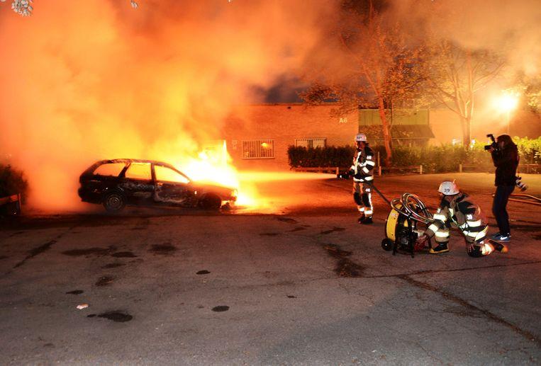 De politie vermoedt dat de branden een tegenaanval zijn van criminele jeugdbendes, die vergelding zoeken voor een aantal recente arrestaties. Beeld REUTERS
