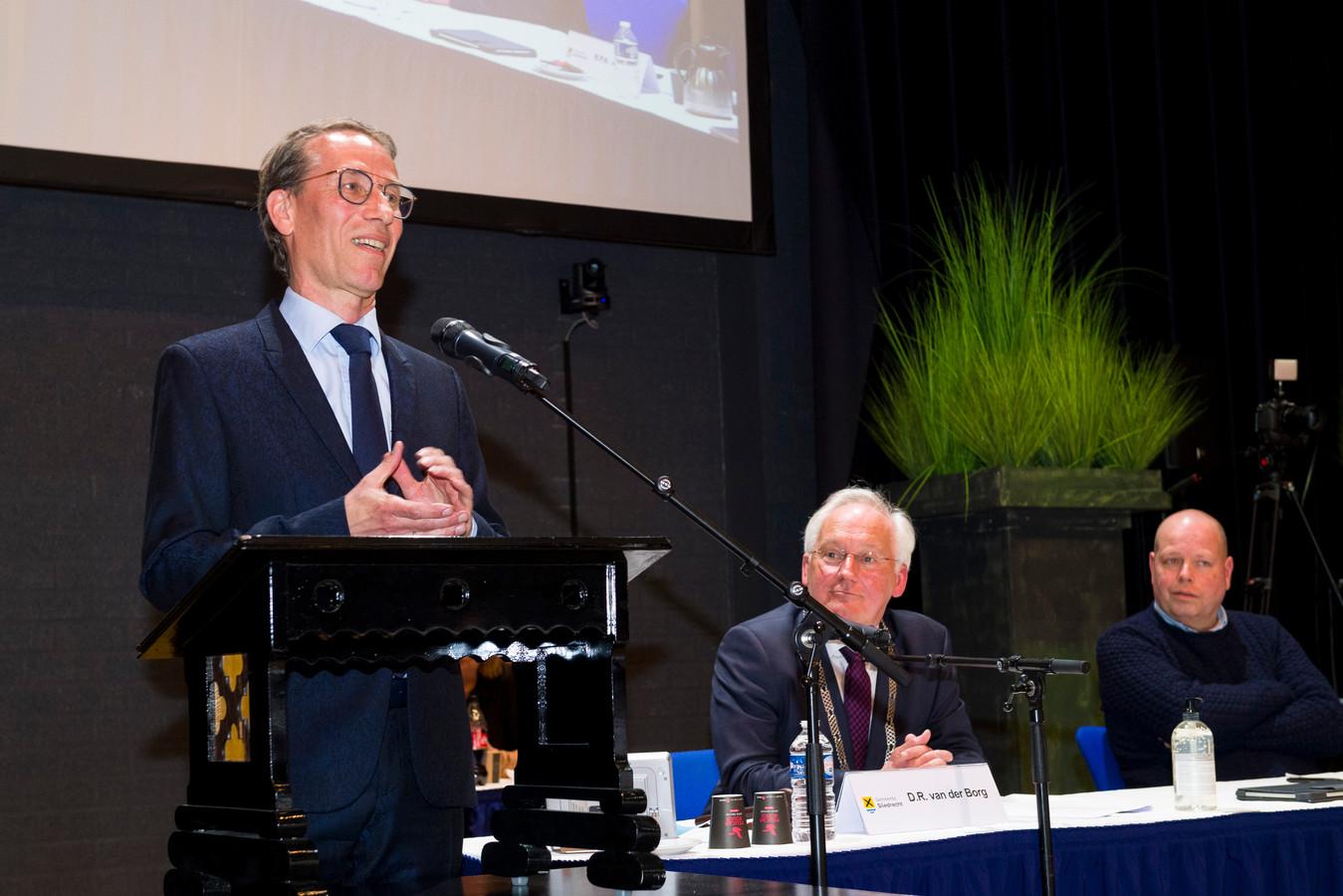 Jan de Vries, direct nadat de gemeenteraad hem voorgedragen heeft als burgmeester. Naast hem waarnemend burgemeester Dirk van der Borg.