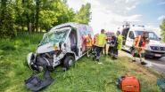 Zwaargewond na klap tegen vrachtwagen
