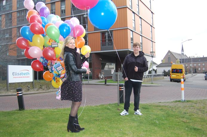 Ingrid Boschman van Surplus neemt de ballonnen met kaartjes in ontvangst van een van de Curio-leerlingen