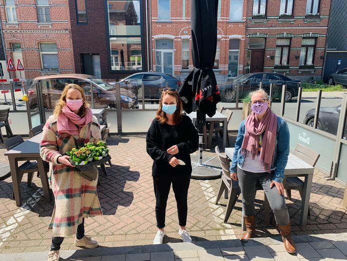 Schepen Ellen Brits (Open Vld) trakteert enkele lokale horeca-uitbaters op een plantje.
