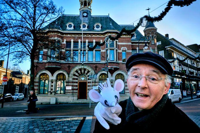 Poppenkastspeler Jacobus (Koos) Wieman met in de achtergrond het Meeting House, waar hij zondag optreedt met zijn jubileumvoorstelling Een thuis voor Muis.