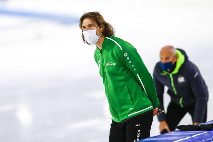 Coach Gerard van Velde met een mondkapjes op het gezicht in Thialf tijdens een trainingswedstrijd aan het begin van het schaatsseizoen. Er is nog veel onduidelijkheid over de verdere verloop van het seizoen vanwege de coronamaatregelen.