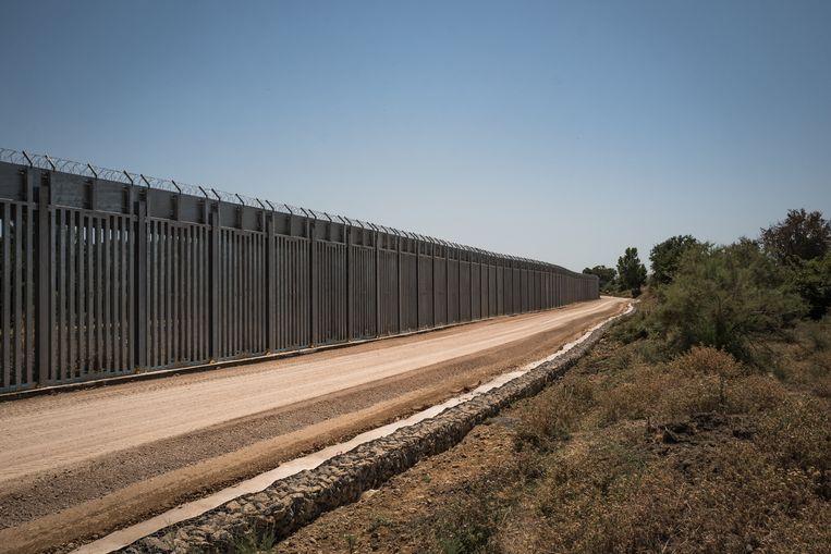 Veertig kilometer is het stalen hek langs de Evros-rivier, die Griekenland en Turkije van elkaar scheidt. Beeld Nicola Zolin