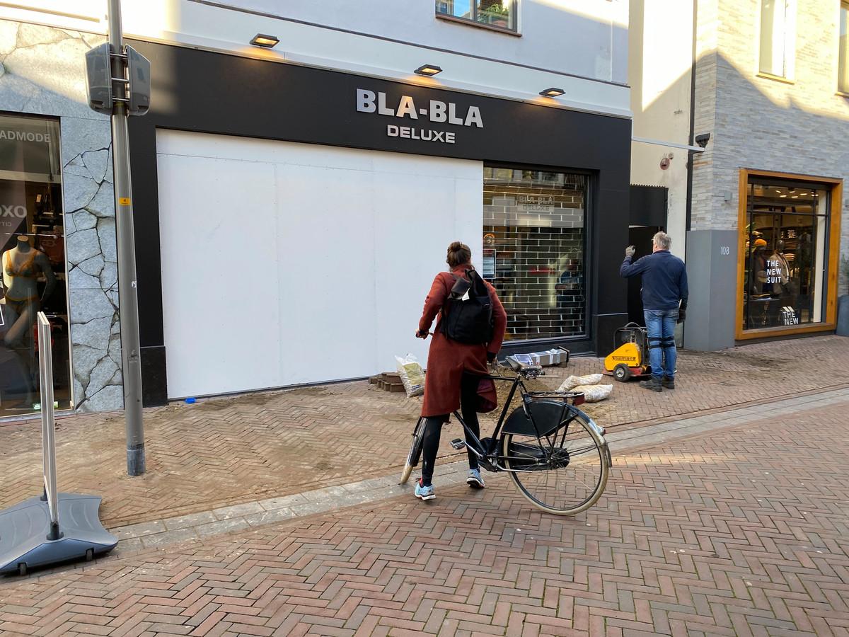 Maandagmiddag werden voorbereidingen getroffen voor het plaatsen van de antirampaal bij Bla-Bla Deluxe.