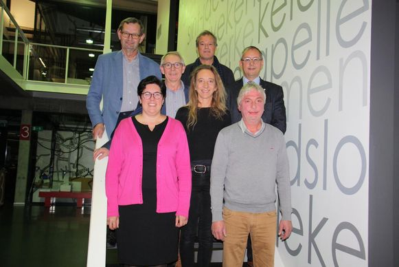 Burgemeester Lies Laridon en schepenen Marc Deprez, Gaby Verstraete, Martin Obin, Jan Van Acker en Marc De Keyrel. Katleen Winne is gemeenteraadsvoorzitter.