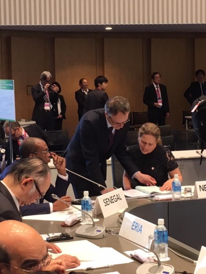Aldrik Gierveld met minister Carola Schouten, in Japan.