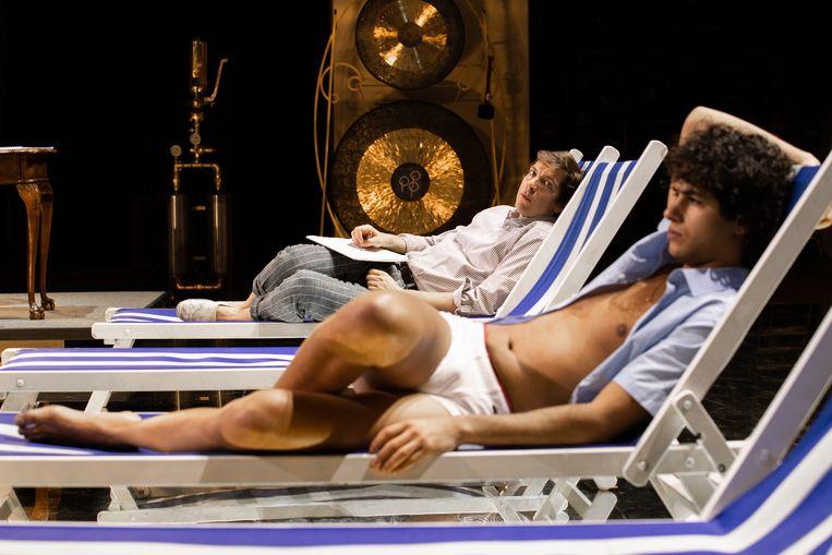 Scène uit de toneelvoorstelling 'Mijn dood in Venetië' door Toneelgroep Amsterdam. Beeld Jan Versweyveld