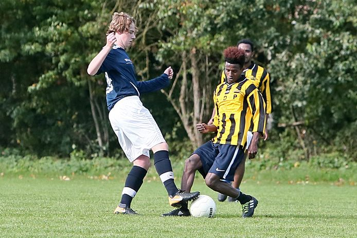 Vriendschappelijke voetbalwedstrijd tussen spelers van vv Gorssel onder 19 en een elftal van Eritrese vluchtelingen