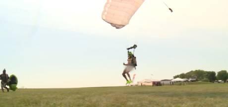 Record du monde insolite: il saute nu en parachute pendant 24 heures