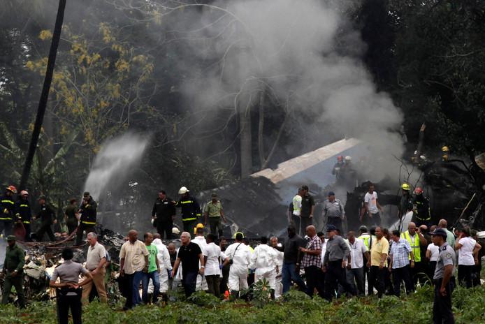 Het vliegtuig ligt op een veld van een boerderij en is zwaar beschadigd en verbrand