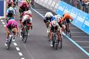 Het moment dat Elia Viviani naar links uitwijkt en Matteo Moschetti (in het zwart-rood achter Viviani) afsnijdt. Fernando Gaviria (in het wit, tweede van links) moet van ver komen.