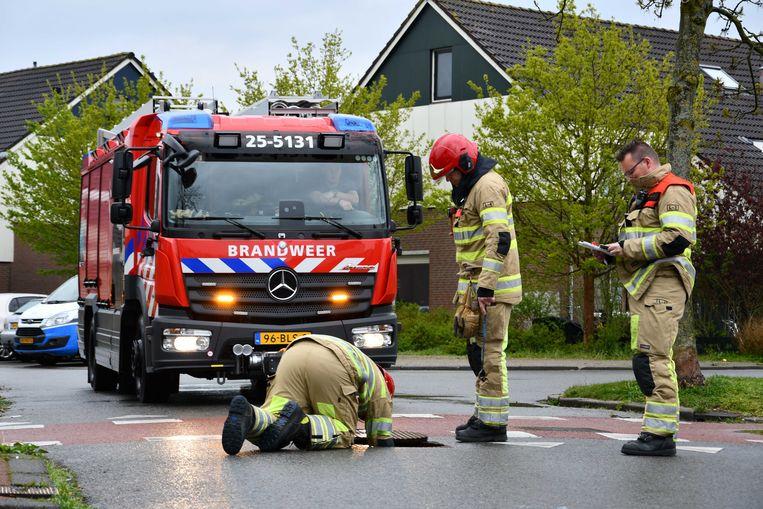 De brandweer inspecteert het riool in Lelystad na melding van een  'vreemde, indringende' lucht. Beeld ANP