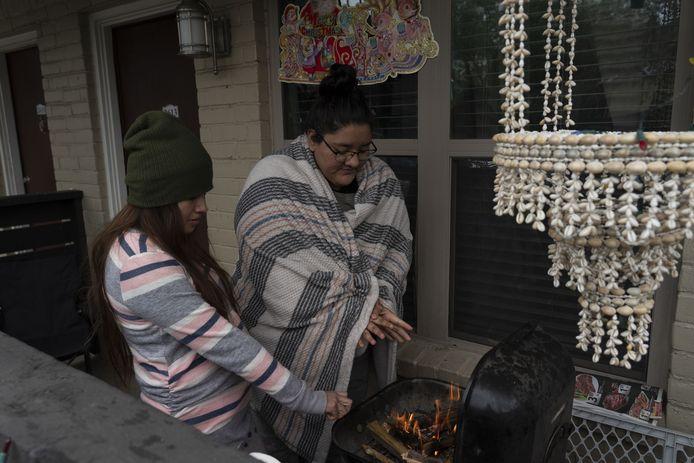 Karla Perez and Esperanza Gonzalez warmen zich aan de barbecue in Houston, Texas.