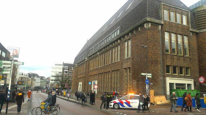 Vanwege het gevaar van vallende dakpannen is het fietspad en trottoir langs het oude Postkantoor op de Potterstraat in Utrecht afgesloten.