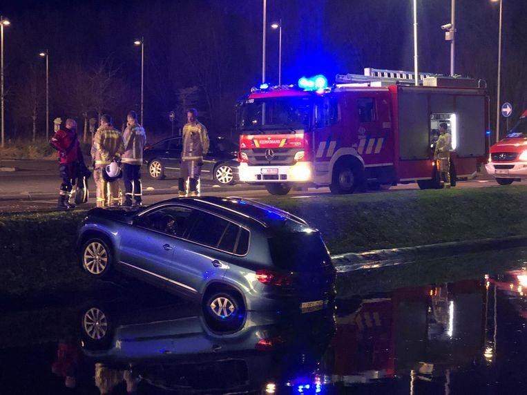 De auto kam in de vijver aan het B-Park in Brugge terecht.