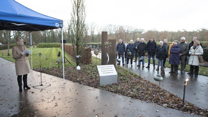 Wethouder Anja van den Dolder houdt een toespraak tijdens de officiële onthulling van het monument voor overleden kinderen.