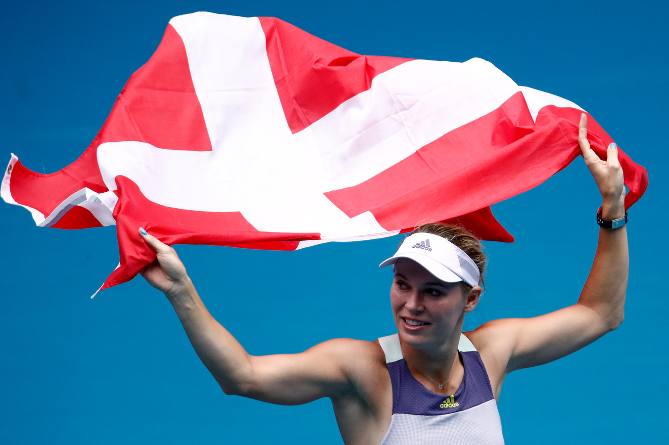 Caroline Wozniacki zwaait in Melbourna af met de Deense vlag.
