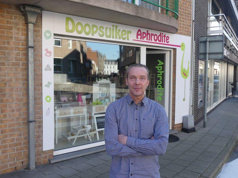 Alain Dewitte aan zijn doopsuikerwinkel Aphrodite.