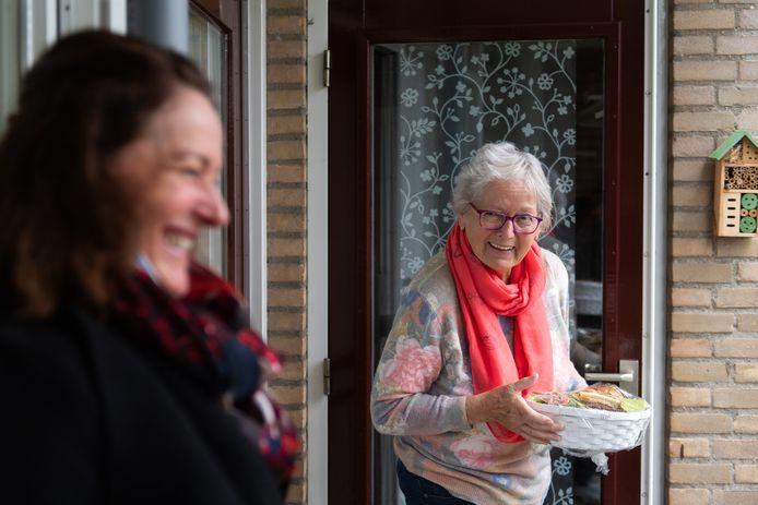Ontbijtbezorging Terheijden. Anita Dudok (L) bezorgt het ontbijt bij Leni van Gorp en maakt ook even tijd voor een praatje en een lach.