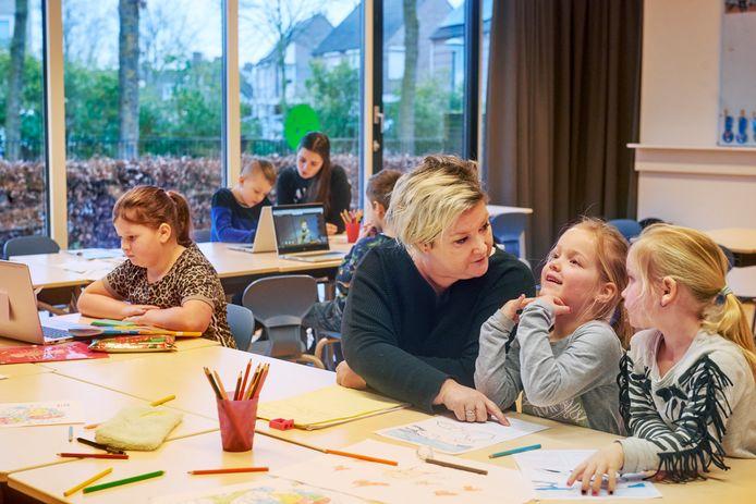 Basisscholieren in de noodopvang door de coronacrisis: juf Saskia Vink geeft uitleg op basisschool De Fonkeling in Berghem.