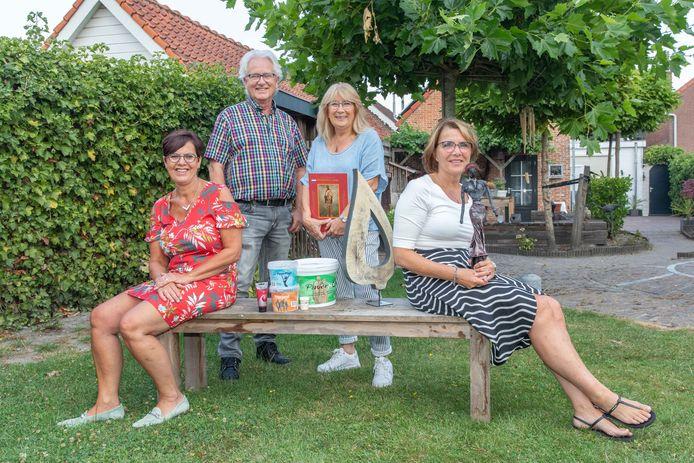 De nieuwe en oude eigenaren van Paverpol International. Op de voorgrond Carin Houmes en Brigitte Broekmeijer met in haar hand een beeld van paverpol. Op de achtergrond de oprichters Jan en Jossy de Roode.