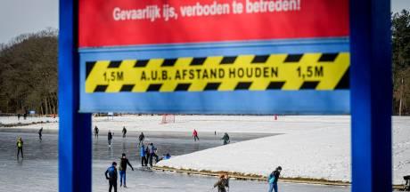 Toezichthouders halen vroege schaatsers Hulsbeek van het ijs, maar liefhebbers blijven komen