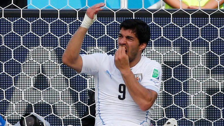 Suárez heeft last van zijn tanden na de confrontatie met Giorgio Chiellini. Beeld REUTERS