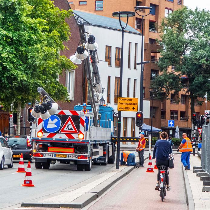 Tilburgse kermis komt eraanvan den Heuvel Infrastructuur is volop bezig om lichtmasten en lichtarmaturen die in de weg staan te verwijderen van de kermisterreinen. na de kermis worden ze weer opnieuw teruggeplaatst en aangesloten op stroom.