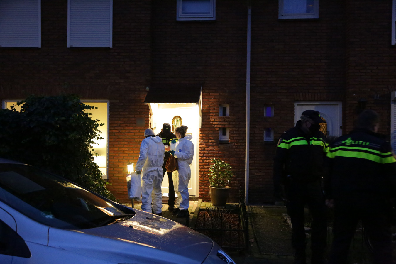 De politie deed onderzoek in de Willem Kloosterstraat in Almelo, waar een van de verdachten woont.