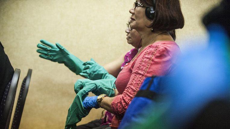 Een team van vrijwilligers krijgt uitgelegd welke voorzorgsmaatregelen ze kunnen nemen tegen ebola. Beeld PHOTO_NEWS
