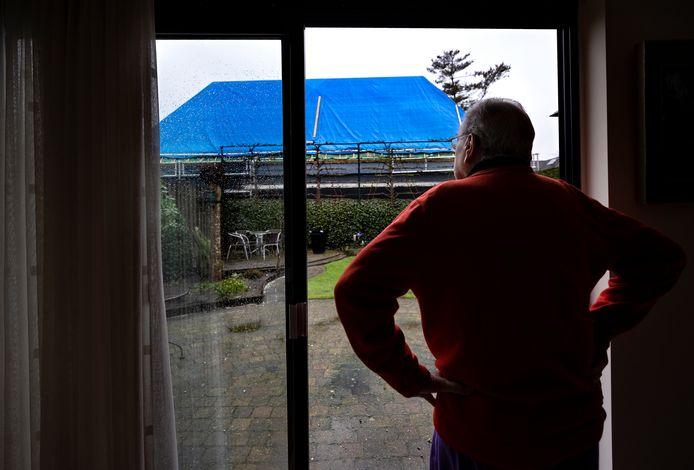 Bij echtpaar Van de Ven in Helmond is een grote loods gebouwd waardoor  ze geen zon of licht meer hebben in hun achtertuin
