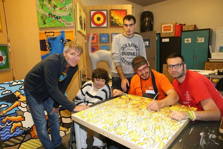 Enkele schilders van Huize Eigen Haard aan het werk.