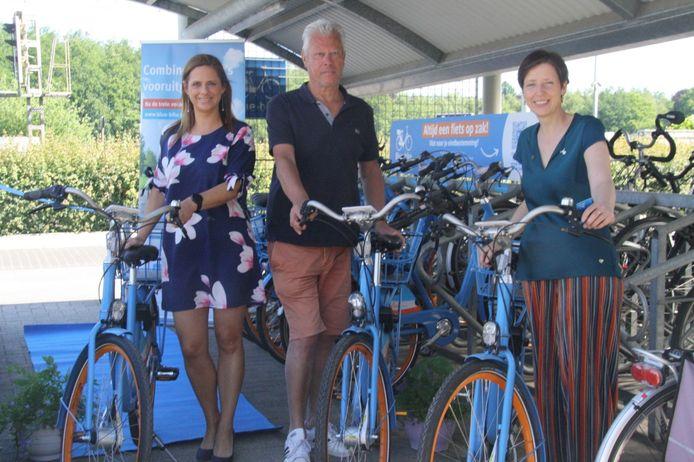 Grobbendonks burgemeester Marianne Verhaert (l.), schepen Ulrik Anthonis en Anne Coppens, algemeen directeur van Blue-mobility bij de deelfietsen in het station van Bouwel