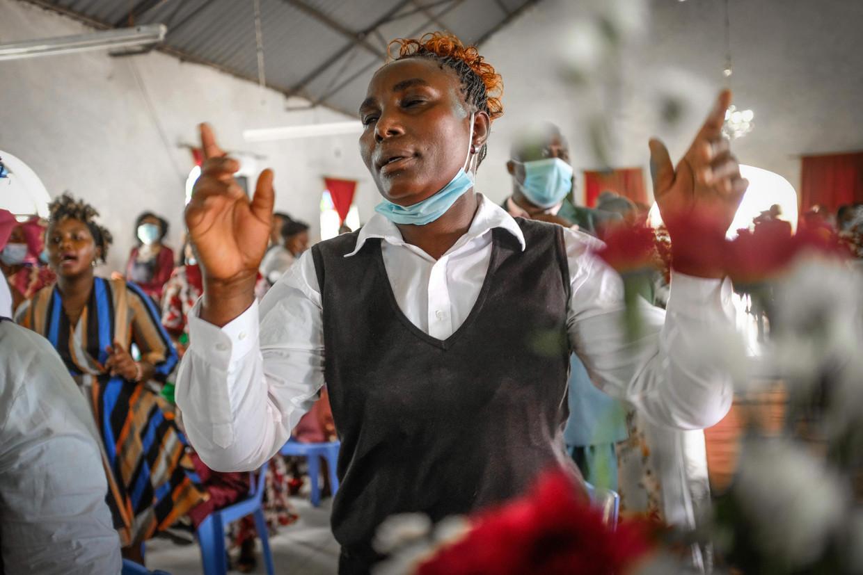Gelovigen tijdens een kerkelijke huwelijksinzegening in Kibera, een sloppenwijk in de Keniaanse hoofdstad Nairobi.  Beeld Donwilson Odhiambo / SOPA Images / LightRocket via Gett
