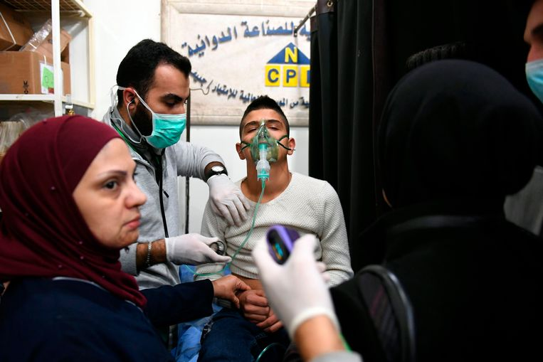 Een Syrische jongen wordt geholpen in een ziekenhuis in Aleppo, nadat hij is blootgesteld aan het giftige gas.  Beeld AFP