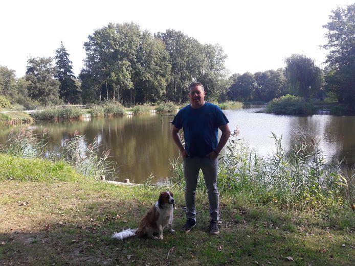Visser Tuur van Rooij die deze ochtend ook even een kijkje komt nemen op de vervuilde visvijver Valentinus in Westerhoven