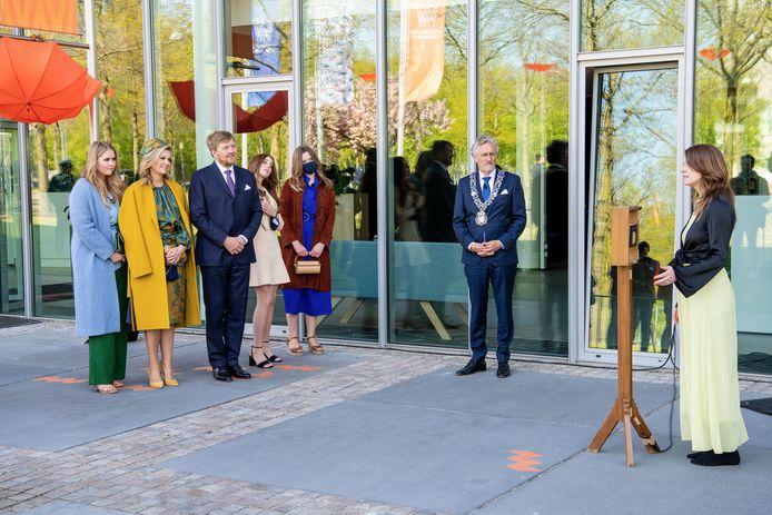 DEN HAAG, 27-04-2021, Eindhoven  Vertrek vanaf Eindhoven  De koninklijke familie aan het einde van het bezoek aan Eindhoven met burgemeester John Jorritsma en stadsdichter Iris Penning die een gedicht voordraagt.