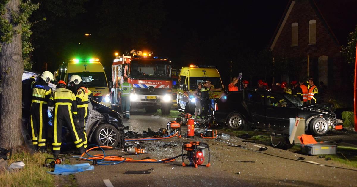Dode en zwaargewonden door aanrijding met twee autos in Achtmaal.