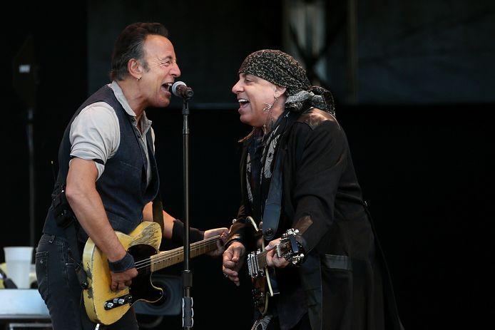 Bruce Springteen en Steven Van Zandt tijdens een optreden in 2017.