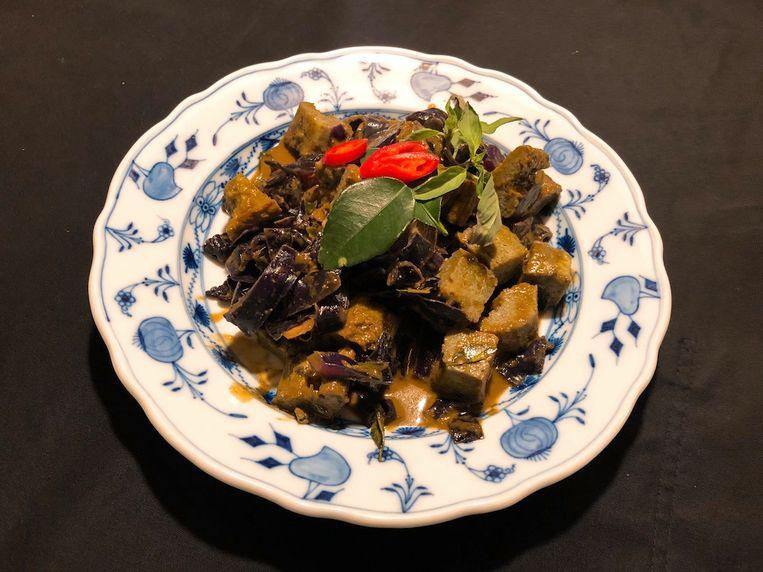 Droge curry van omelet en rodekool. Beeld Onno Kleyn