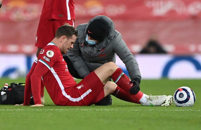 Henderson geblesseerd op het veld.